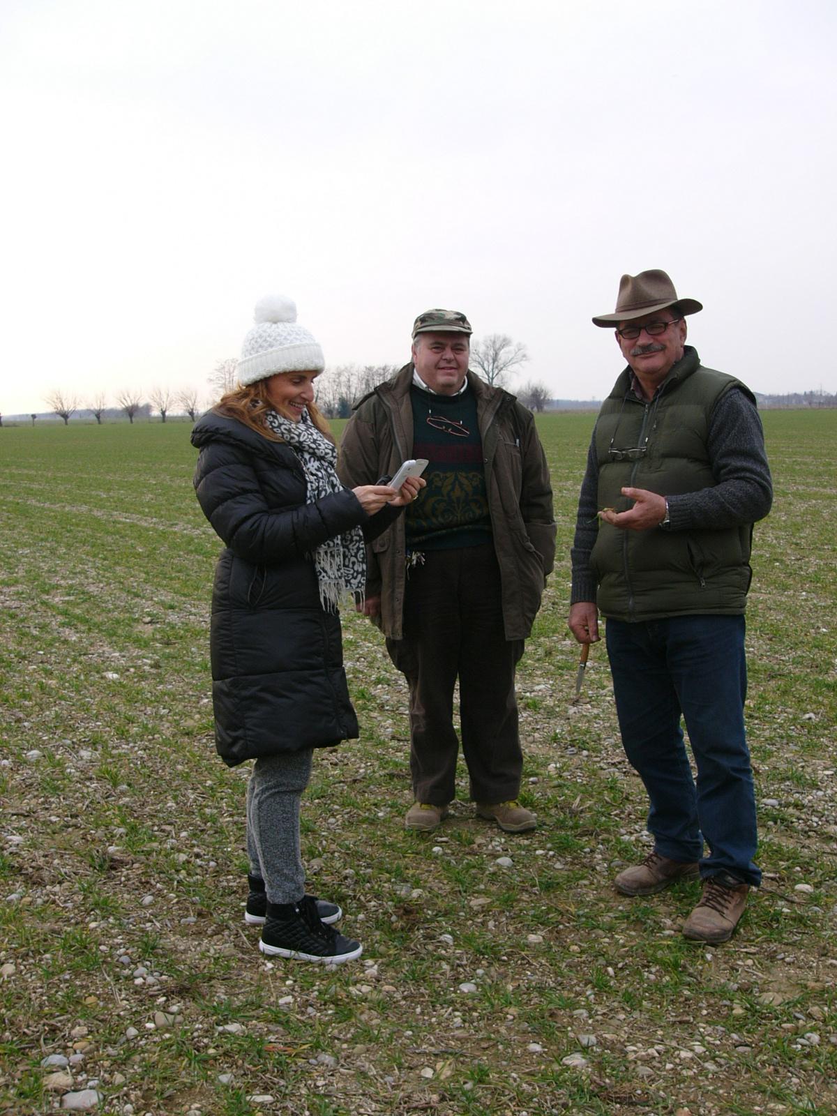 nicoletta e agricoltori in campo